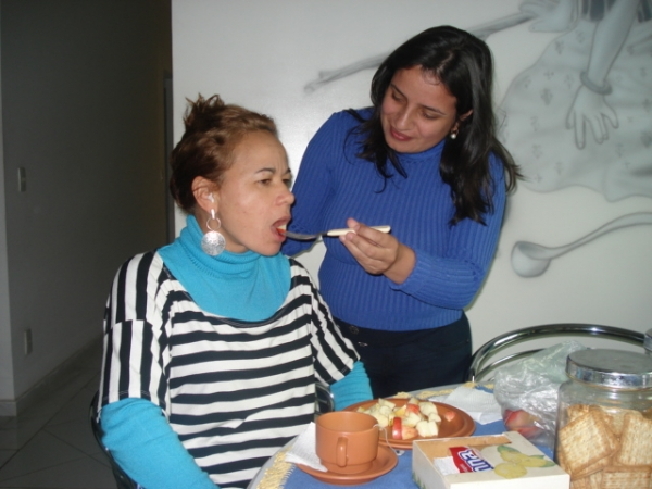 Treino de como dar comida na boca